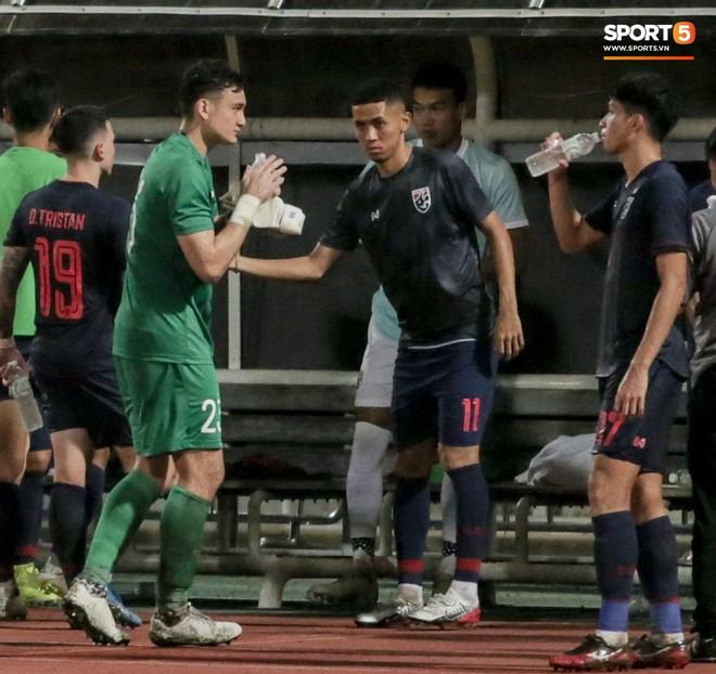 Công Phượng trò chuyện, nắm chặt tay Messi Thái Lan trước những cái nhìn kỳ lạ của đồng đội - ảnh 8