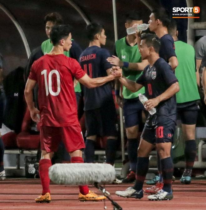 Công Phượng trò chuyện, nắm chặt tay Messi Thái Lan trước những cái nhìn kỳ lạ của đồng đội - ảnh 3