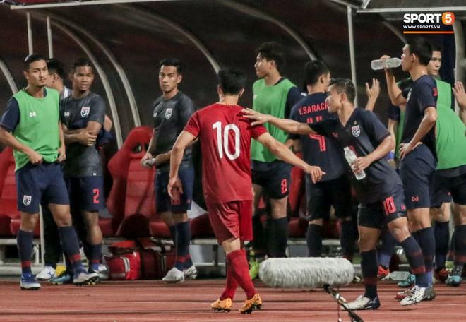 Công Phượng trò chuyện, nắm chặt tay Messi Thái Lan trước những cái nhìn kỳ lạ của đồng đội - ảnh 4