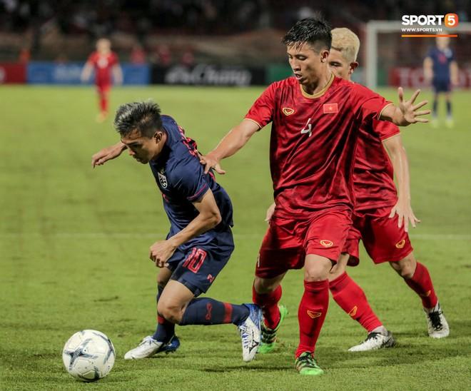 Công Phượng trò chuyện, nắm chặt tay Messi Thái Lan trước những cái nhìn kỳ lạ của đồng đội - ảnh 13