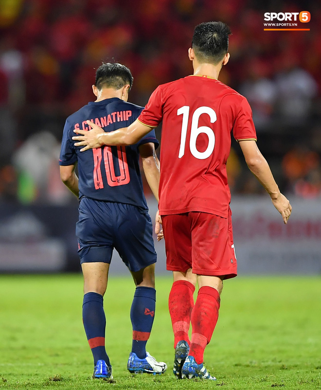 Công Phượng trò chuyện, nắm chặt tay Messi Thái Lan trước những cái nhìn kỳ lạ của đồng đội - ảnh 15