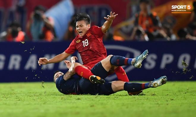Công Phượng trò chuyện, nắm chặt tay Messi Thái Lan trước những cái nhìn kỳ lạ của đồng đội - ảnh 11