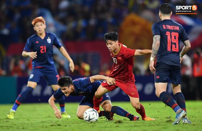 Công Phượng trò chuyện, nắm chặt tay Messi Thái Lan trước những cái nhìn kỳ lạ của đồng đội - ảnh 10