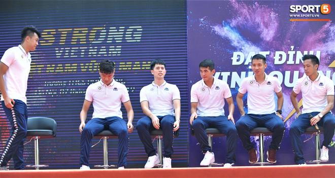 Hai doanh nhân điển trai cùng Quang Hải, Văn Hậu thắp lửa đam mê cho học sinh THCS ở Hà Nội - Ảnh 6.