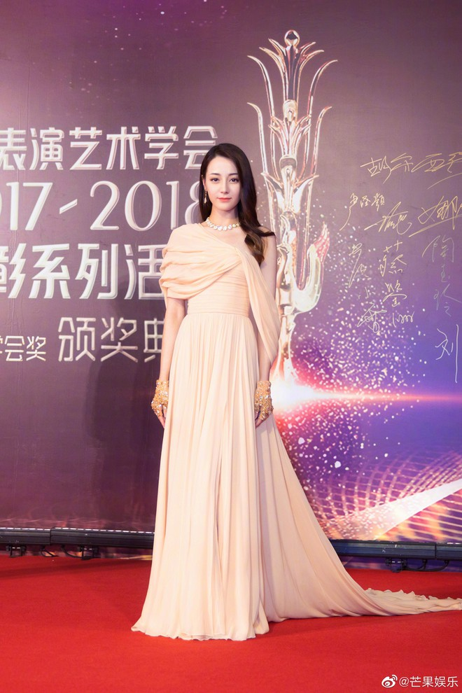 Nữ thần Địch Lệ Nhiệt Ba đẹp cực phẩm nhất đêm nay, cùng Vương Tuấn Khải và dàn sao đình đám làm sáng bừng lễ trao giải - Ảnh 4.