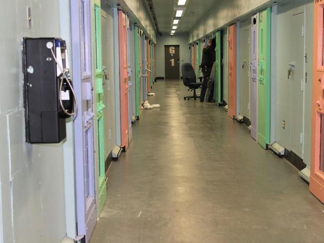 Nhà tù sơn màu hường phấn để giúp tù nhân bớt hung hãn, người trong cuộc chỉ thấy nhục nhã như bị phân biệt đối xử - ảnh 9