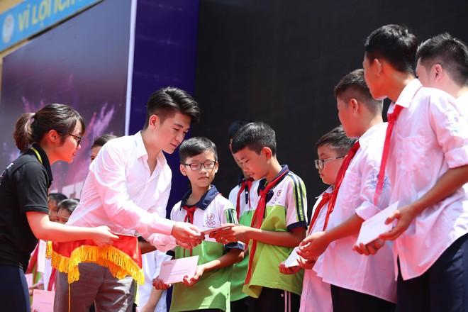 Hai doanh nhân điển trai cùng Quang Hải, Văn Hậu thắp lửa đam mê cho học sinh THCS ở Hà Nội - Ảnh 7.