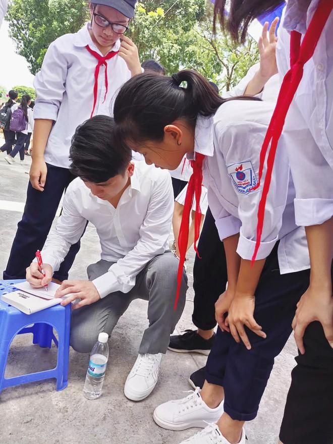 Hai doanh nhân điển trai cùng Quang Hải, Văn Hậu thắp lửa đam mê cho học sinh THCS ở Hà Nội - Ảnh 8.