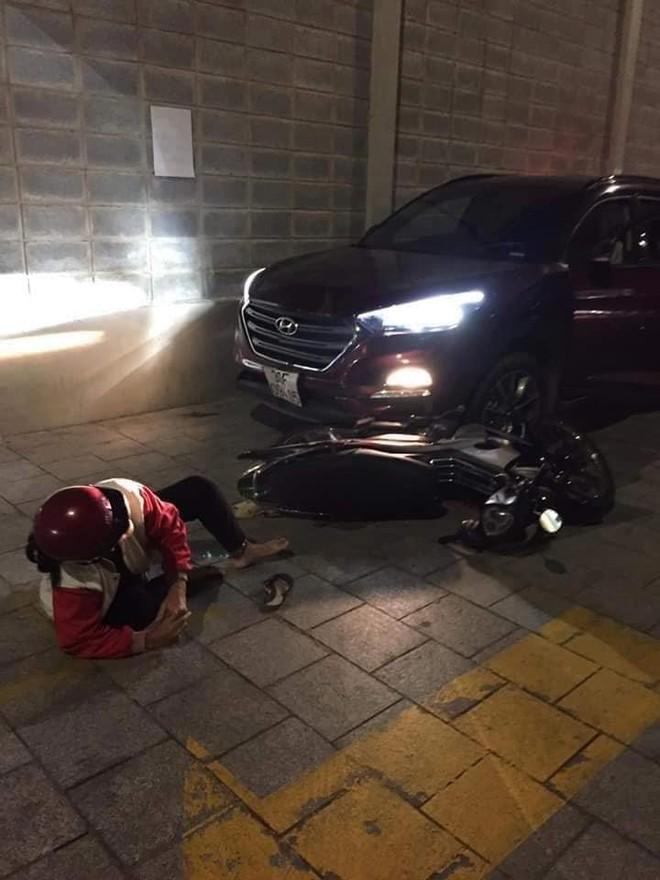 Thanh niên lái ô tô đâm gục 2 vợ chồng lớn tuổi vì bị con trai nạn nhân đâm trọng thương tại chung cư ở Sài Gòn - ảnh 1