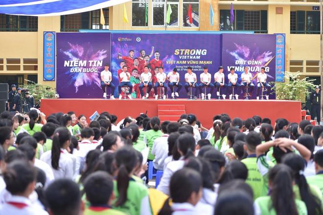 Hai doanh nhân điển trai cùng Quang Hải, Văn Hậu thắp lửa đam mê cho học sinh THCS ở Hà Nội - Ảnh 1.