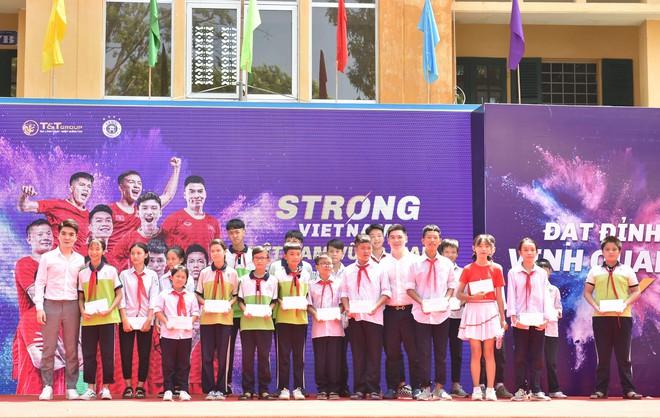 Hai doanh nhân điển trai cùng Quang Hải, Văn Hậu thắp lửa đam mê cho học sinh THCS ở Hà Nội - Ảnh 9.