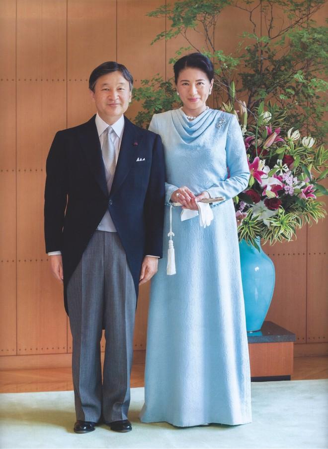 Vừa công bố ảnh lịch của năm, Hoàng hậu Nhật Bản đã gây sốt với vẻ đẹp vượt thời gian, mặc lại đồ cũ 22 năm vẫn thần thái ngút ngàn - ảnh 2