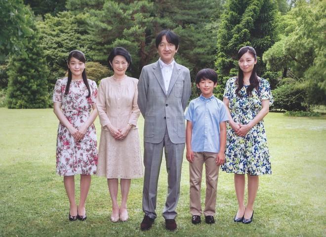 Vừa công bố ảnh lịch của năm, Hoàng hậu Nhật Bản đã gây sốt với vẻ đẹp vượt thời gian, mặc lại đồ cũ 22 năm vẫn thần thái ngút ngàn - ảnh 3