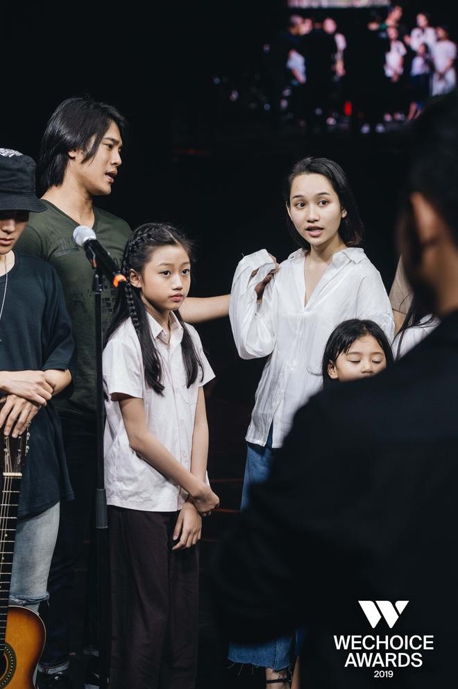Trước giờ G WeChoice Awards 2019: Trần Phong (Mắt Biếc) bất ngờ chở Thái Ngân bon bon trên sân khấu, kịch bản sẽ là gì đây? - Ảnh 4.