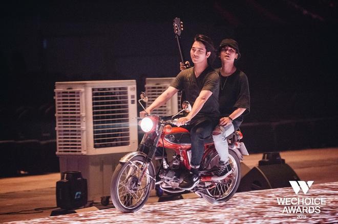 Trước giờ G WeChoice Awards 2019: Trần Phong (Mắt Biếc) bất ngờ chở Thái Ngân bon bon trên sân khấu, kịch bản sẽ là gì đây? - Ảnh 3.