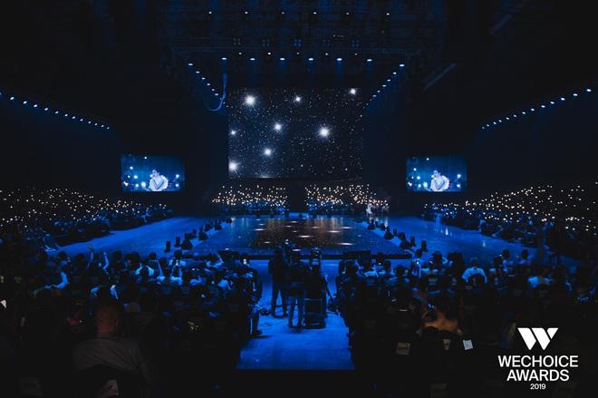 Bộ tứ Anh Linh Chi Đen hoà giọng trong ca khúc linh hồn WeChoice Awards 2019, cả khán phòng được thắp sáng ngàn sao đầy xúc động - Ảnh 7.