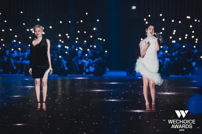 Bộ tứ Anh Linh Chi Đen hoà giọng trong ca khúc linh hồn WeChoice Awards 2019, cả khán phòng được thắp sáng ngàn sao đầy xúc động - Ảnh 3.