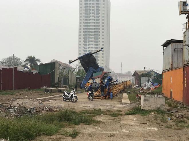 Hà Nội: Kinh hoàng cần cẩu tháp nặng hàng chục nghìn tấn treo lơ lửng trên cao bất ngờ đổ sập khi đang được tháo dỡ - Ảnh 2.