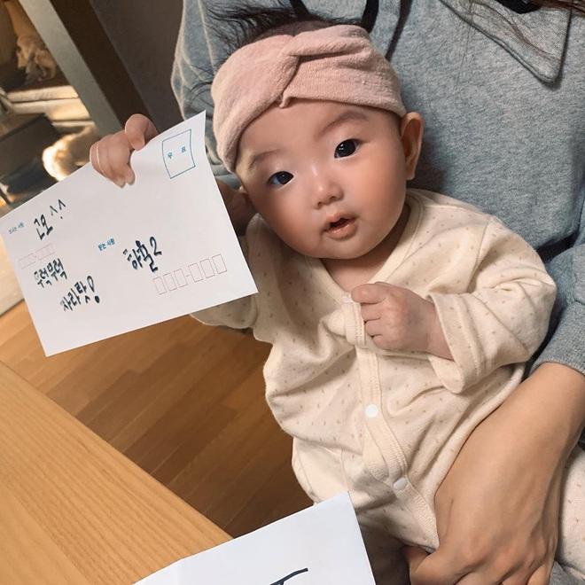 Mua đồ hiệu Burberry tặng cháu gái mới hơn 3 tháng tuổi, Jisoo chính là người dì quốc dân mà ai cũng muốn có - ảnh 2