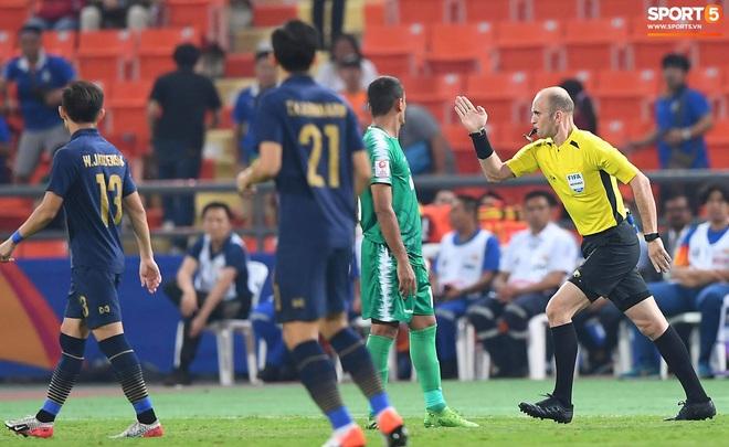 HLV trưởng U23 Iraq trách trọng tài xem VAR quá nhanh rồi ra quyết định có lợi cho Thái Lan - ảnh 1