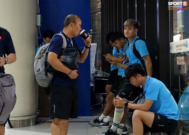 HLV Park Hang-seo liên tục uống cafe khi cùng U23 Việt Nam chinh chiến giải châu Á - ảnh 1