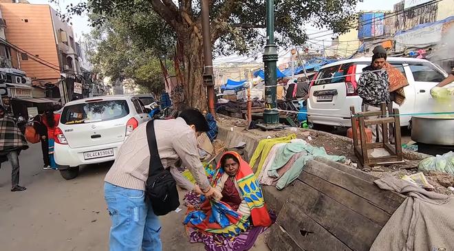 Khoa Pug bất ngờ trở lại sau tuyên bố nghỉ Tết: chất lượng clip tốt hơn hẳn, gây chú ý nhất là hành động mang đồ ăn cho người vô gia cư ở Ấn Độ - Ảnh 7.