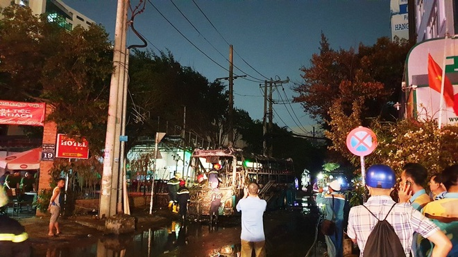 Cháy xe giường nằm, giao thông ùn ứ kéo dài ở Sài Gòn - ảnh 2
