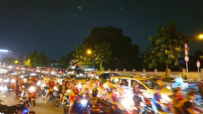 Cháy xe giường nằm, giao thông ùn ứ kéo dài ở Sài Gòn - ảnh 6