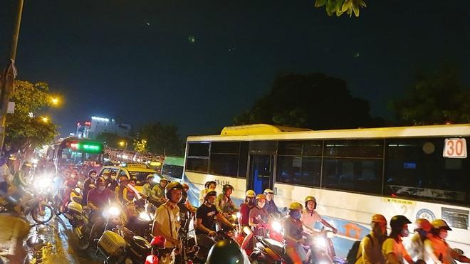 Cháy xe giường nằm, giao thông ùn ứ kéo dài ở Sài Gòn - ảnh 5