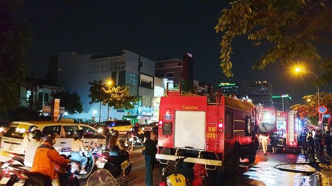 Cháy xe giường nằm, giao thông ùn ứ kéo dài ở Sài Gòn - ảnh 4