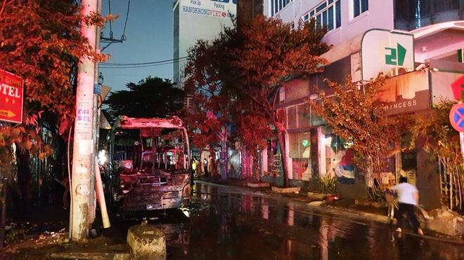 Cháy xe giường nằm, giao thông ùn ứ kéo dài ở Sài Gòn - ảnh 1