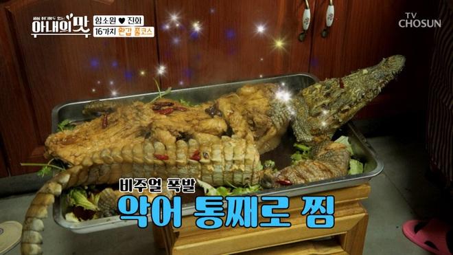 Vợ 42 chồng 24 lại gây sốc vì đãi khách cá sấu chiên, thịt sóc, rượu chuột mừng thọ bố chồng trên sóng truyền hình - ảnh 3