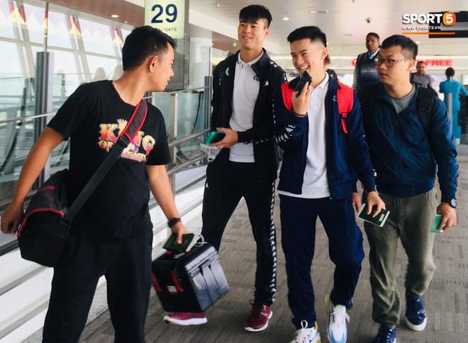 Duy Mạnh tạm biệt Quỳnh Anh, lên sân bay đi Malaysia sau lễ ăn hỏi hoành tráng - ảnh 3