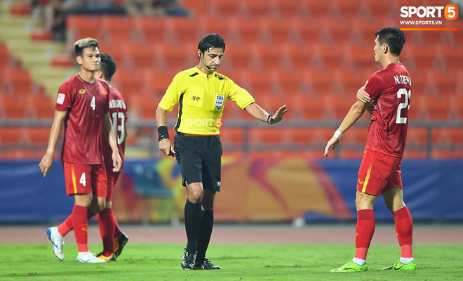 Góc lý giải: Vì sao cầu thủ CHDCND Triều Tiên để bóng chạm tay trong vòng cấm địa nhưng Việt Nam không được phạt đền? - ảnh 1