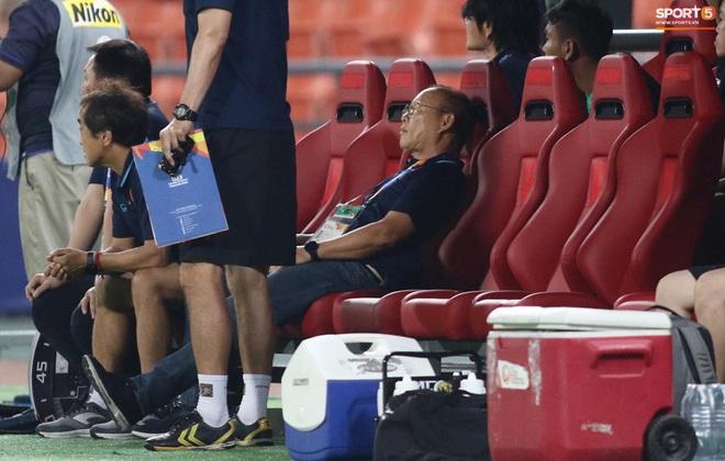 HLV Park Hang-seo gục đầu sau sai lầm của thủ môn Bùi Tiến Dũng - ảnh 4