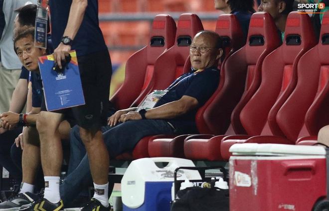 HLV Park Hang-seo gục đầu sau sai lầm của thủ môn Bùi Tiến Dũng - ảnh 5
