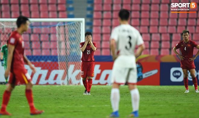 Khoảnh khắc đáng buồn nhất VCK U23 châu Á 2020: Đình Trọng nhận thẻ đỏ, U23 Việt Nam mất hết sau trận đấu với CHDCND Triều Tiến - ảnh 2