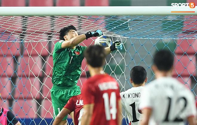 HLV Park Hang-seo gục đầu sau sai lầm của thủ môn Bùi Tiến Dũng - ảnh 1