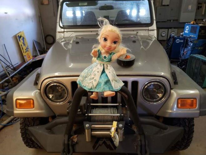 Không thể Let it go: Búp bê ma ám Elsa bị quẳng đi nhiều lần nhưng vẫn tìm đường quay về ám quẻ người sống, hót tiếng Tây điếc cả tai - ảnh 2