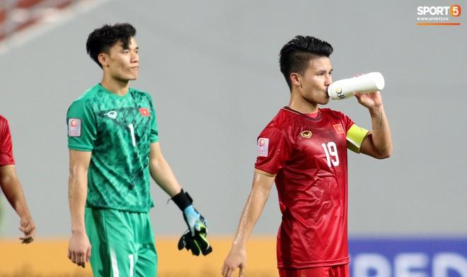 Đội trưởng Quang Hải muốn thủ môn Bùi Tiến Dũng sớm hoàn thiện bản thân sau sai lầm - ảnh 1