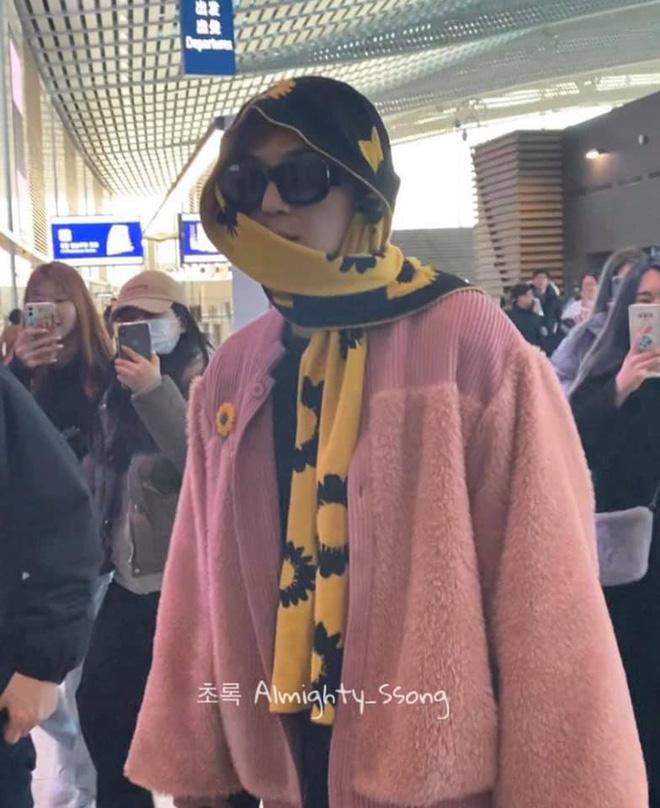Mino bê nguyên vườn hướng dương ra sân bay, ăn vận như thể muốn nói: Anh là bà ngoại của các fan! - ảnh 6