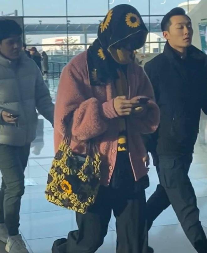 Mino bê nguyên vườn hướng dương ra sân bay, ăn vận như thể muốn nói: Anh là bà ngoại của các fan! - ảnh 8