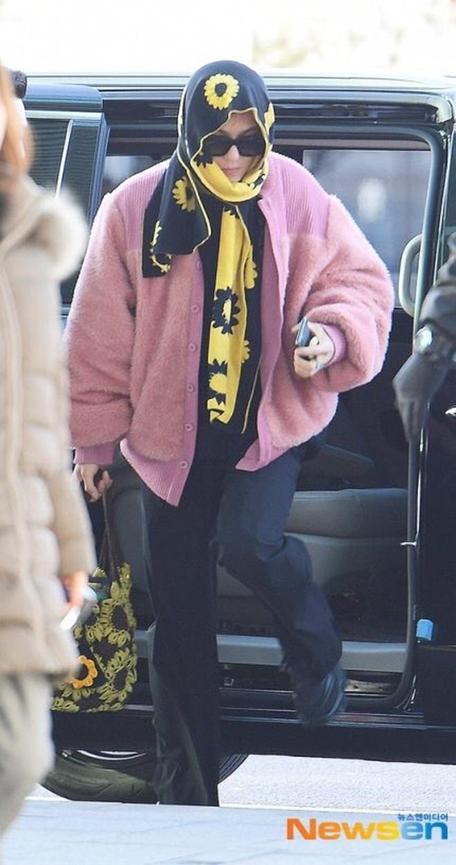 Mino bê nguyên vườn hướng dương ra sân bay, ăn vận như thể muốn nói: Anh là bà ngoại của các fan! - ảnh 10