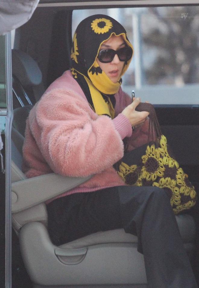Mino bê nguyên vườn hướng dương ra sân bay, ăn vận như thể muốn nói: Anh là bà ngoại của các fan! - ảnh 5