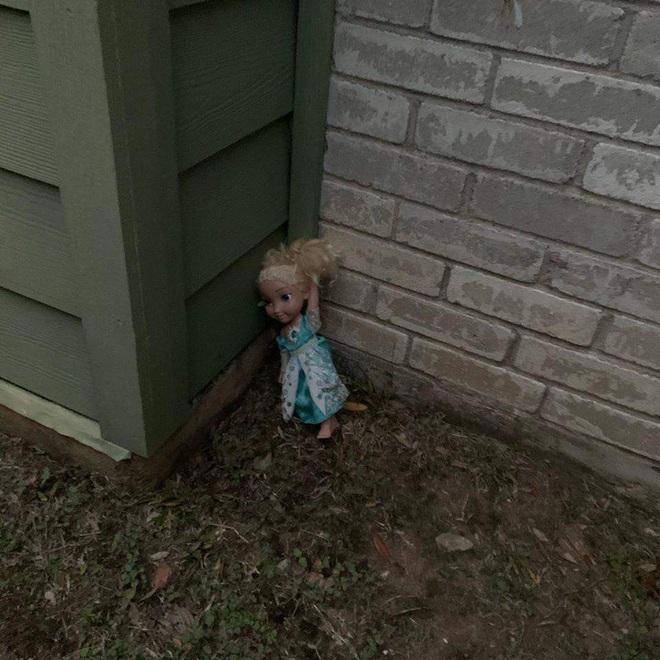 Không thể Let it go: Búp bê ma ám Elsa bị quẳng đi nhiều lần nhưng vẫn tìm đường quay về ám quẻ người sống, hót tiếng Tây điếc cả tai - ảnh 1