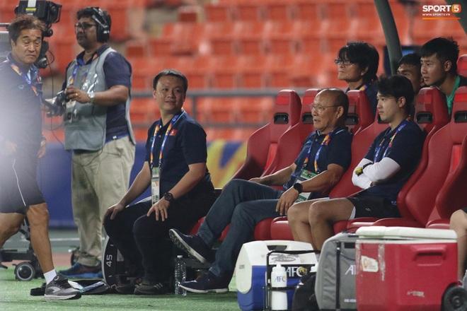 HLV Park Hang-seo gục đầu sau sai lầm của thủ môn Bùi Tiến Dũng - ảnh 10