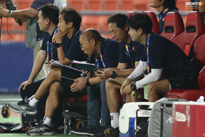 HLV Park Hang-seo gục đầu sau sai lầm của thủ môn Bùi Tiến Dũng - ảnh 7