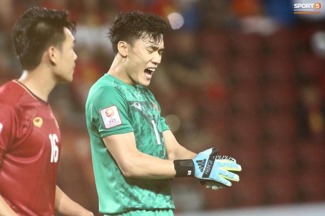 HLV Park Hang-seo gục đầu sau sai lầm của thủ môn Bùi Tiến Dũng - ảnh 2