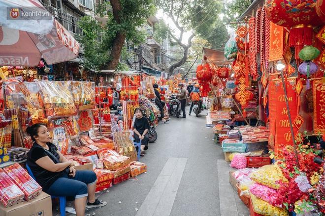 Người Hà Nội chen chúc sắm lễ, mua bộ gà luộc xôi gấc 500.000 - 600.000 đồng cúng tiễn Ông Công Ông Táo - ảnh 1