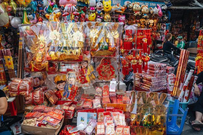 Người Hà Nội chen chúc sắm lễ, mua bộ gà luộc xôi gấc 500.000 - 600.000 đồng cúng tiễn Ông Công Ông Táo - ảnh 5